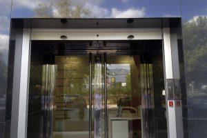 Puerta y escaparate comercial en acero inoxidable 12