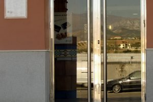 Puerta y escaparate comercial en acero inoxidable 19